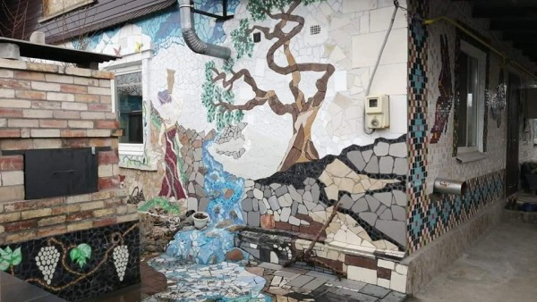 В Днепре женщина создает произведения искусства из битого кафеля (ФОТО)