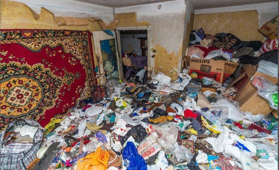 Жизнь в хламе: в Днепре на Савченко женщина забила мусором всю квартиру (ВИДЕО)