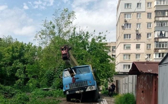В Днепре грузовик из-за дождя ушел под землю (ФОТО)