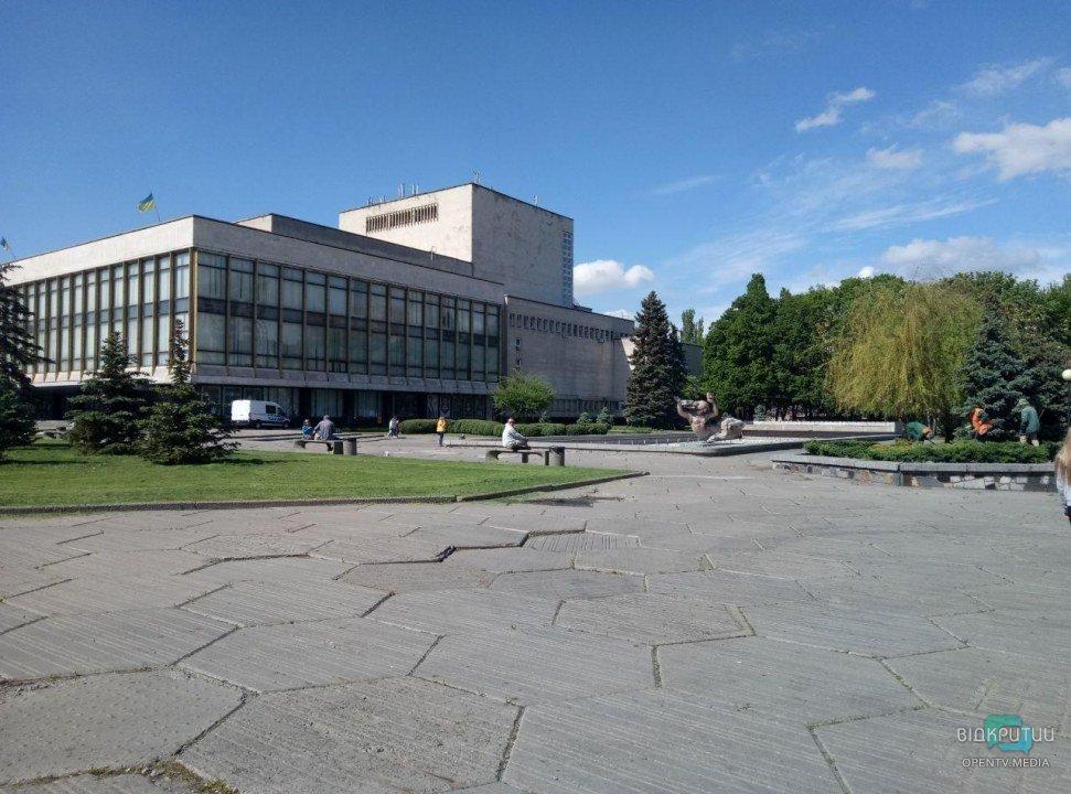Оперный театр и фонтан в Днепре