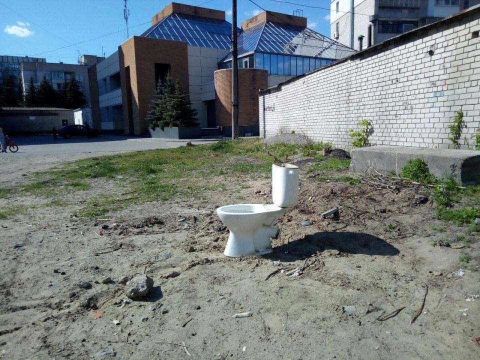Унитаз во дворе в Днепре