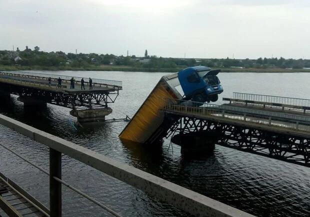 Обвал моста возле Никополя: местные говорят, что водитель не виноват (ВИДЕО)