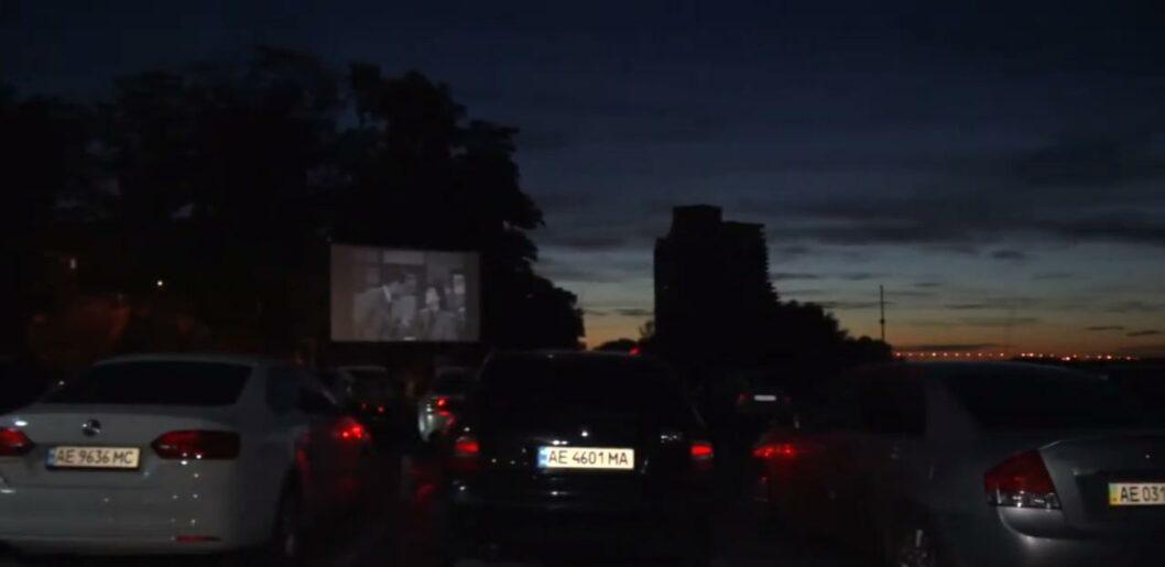 В Днепре на Набережной организовали автокинотеатр (ВИДЕО)