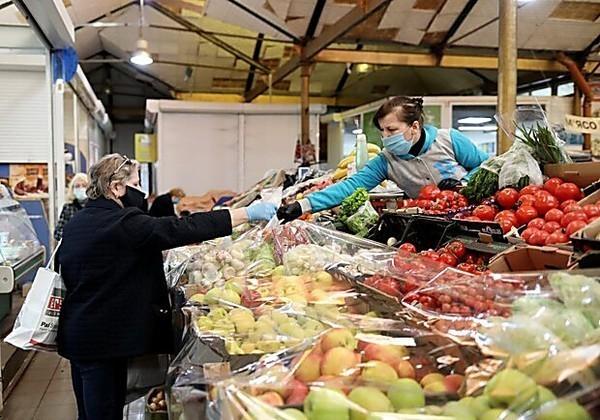 Вооружились антисептиками и масками: как в Днепре работают рынки во время карантина (ВИДЕО)