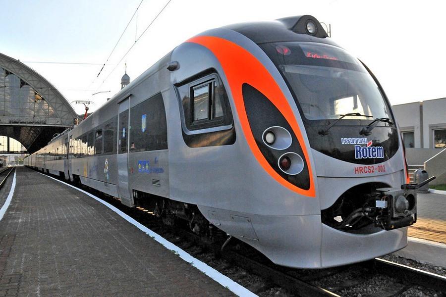 Укрзалізниця открыла продажу билетов еще на 12 поездов по Украине