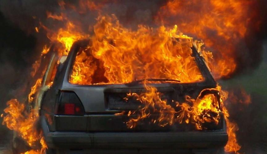 Неприятный сюрприз: в Днепре до тла сгорела легковушка Opel (ФОТО)