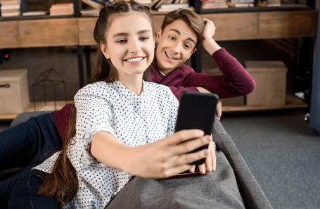 Не сдержать слез: в Днепре ученики прощались со школой онлайн