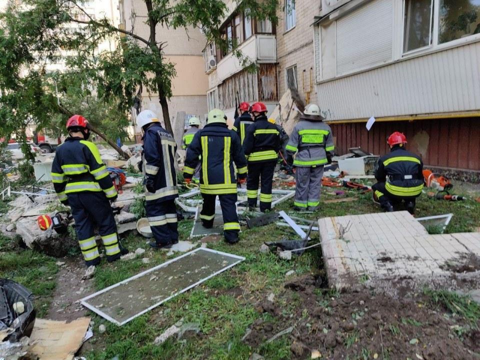 Один погибший, ещё несколько человек под завалами: что известно о взрыве в Киеве на данный момент