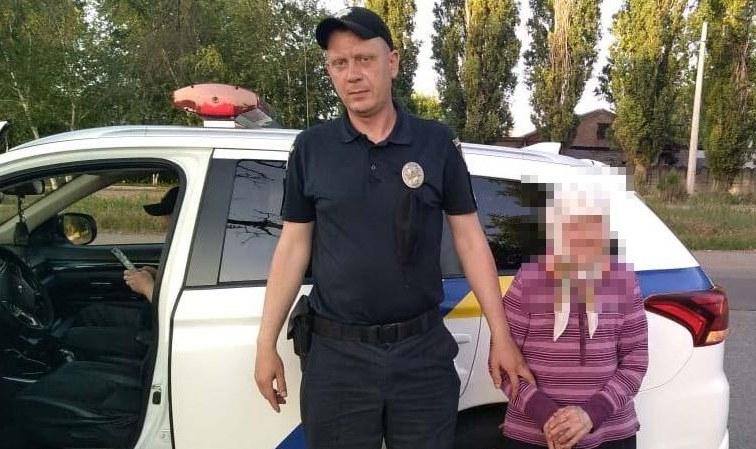 Пенсионерка блуждала по городу: в Никополе полиция вернула домой 89-летнюю старушку