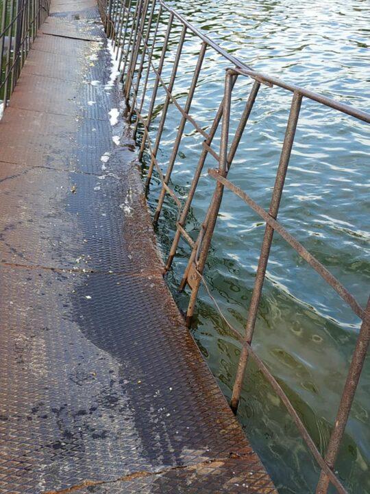 В Днепре тонет мост
