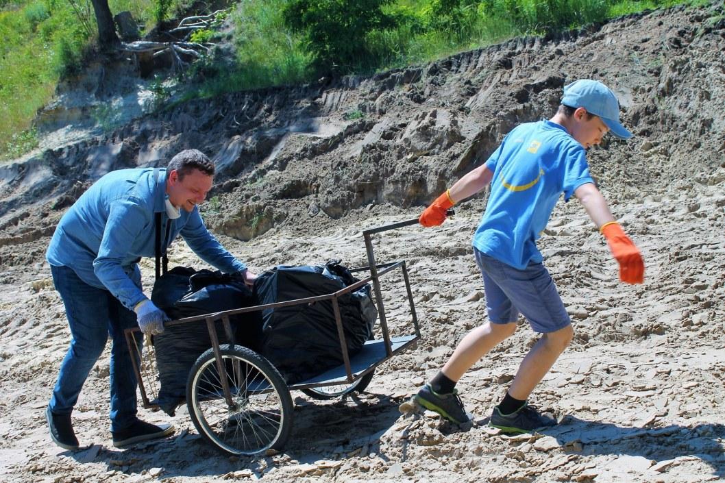 Чистота и порядок: жители Днепра готовят котлован к пляжному сезону (ФОТО)