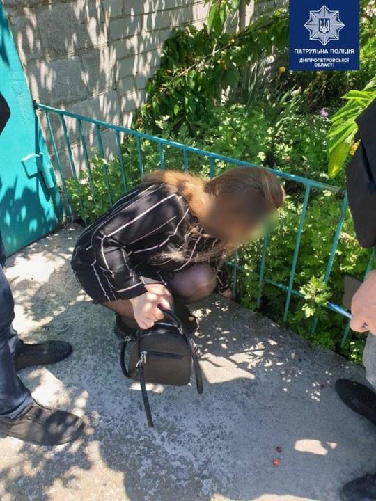 В Днепре на Мирном поймали на горячем молодую закладчицу наркотиков (ФОТО)