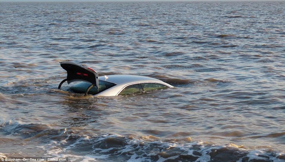 Не удалось скрыть следы: на Днепропетровщине пытались утопить угнанный автомобиль (ФОТО)