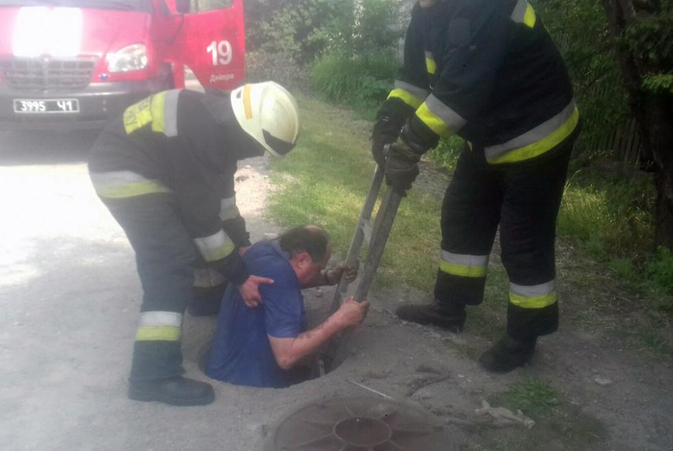 Провалился в коллектор: в Днепре спасатели вызволили мужчину из заточения (ФОТО)