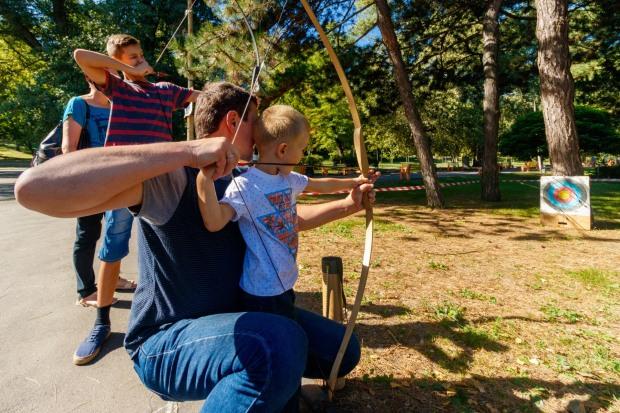 Стрельба из лука и задержания преступников: как в Днепре отмечали День отца (ВИДЕО)
