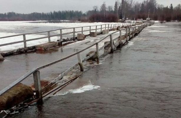Уходит под воду: в Днепре тонет пешеходный мост (ФОТО)
