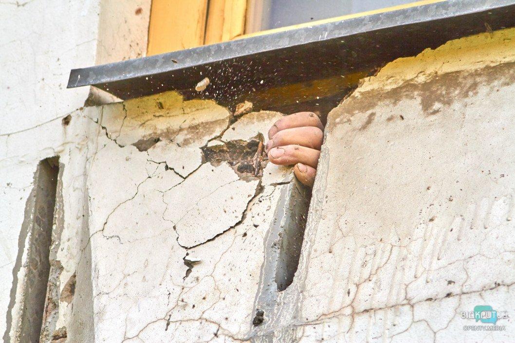 Соседи боятся, что дом упадет: в Днепре женщина вырезала часть несущей стены ради красивого окна (ВИДЕО)