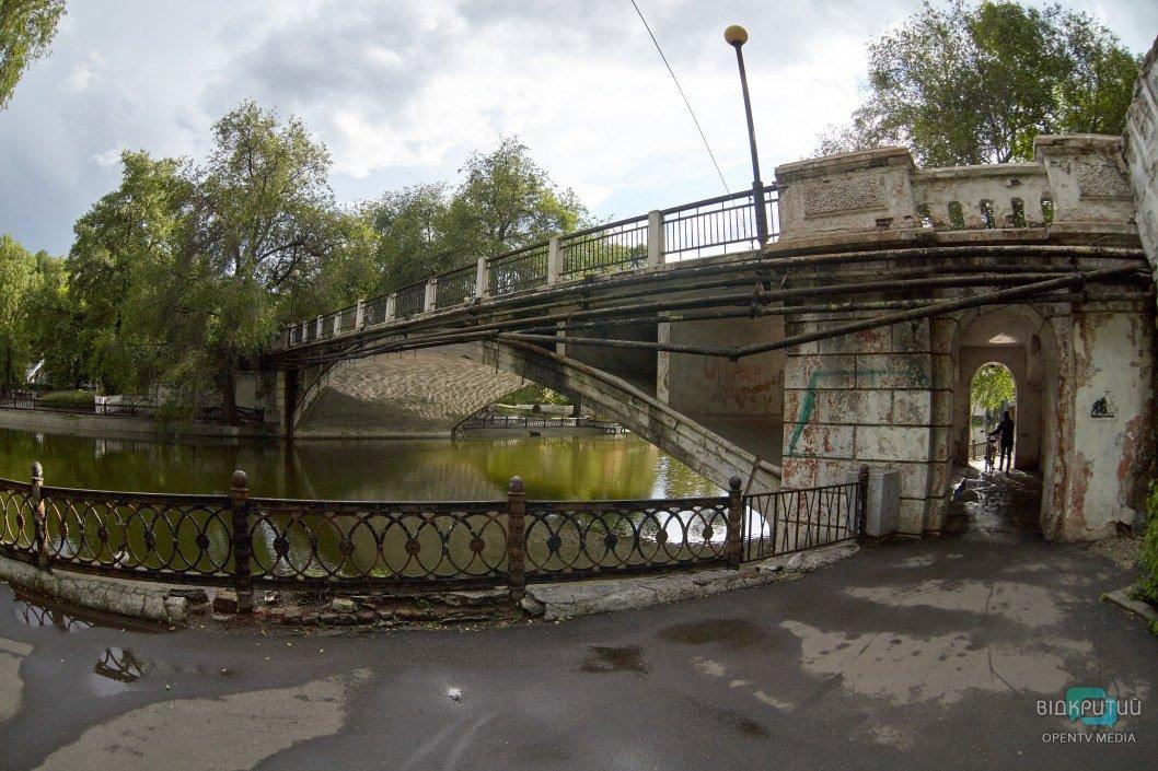В днепровском парке закрыли разрушающийся мост (ФОТО)