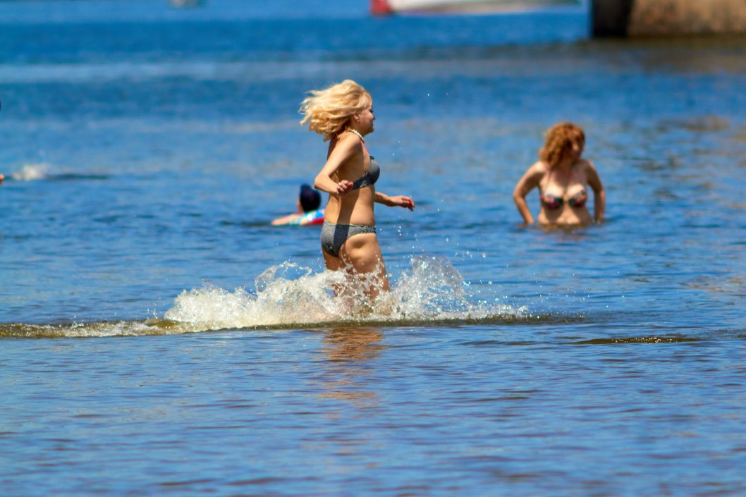 Без масок и в полуметре друг от друга: как днепряне отдыхают на Монастырском пляже (ФОТО)