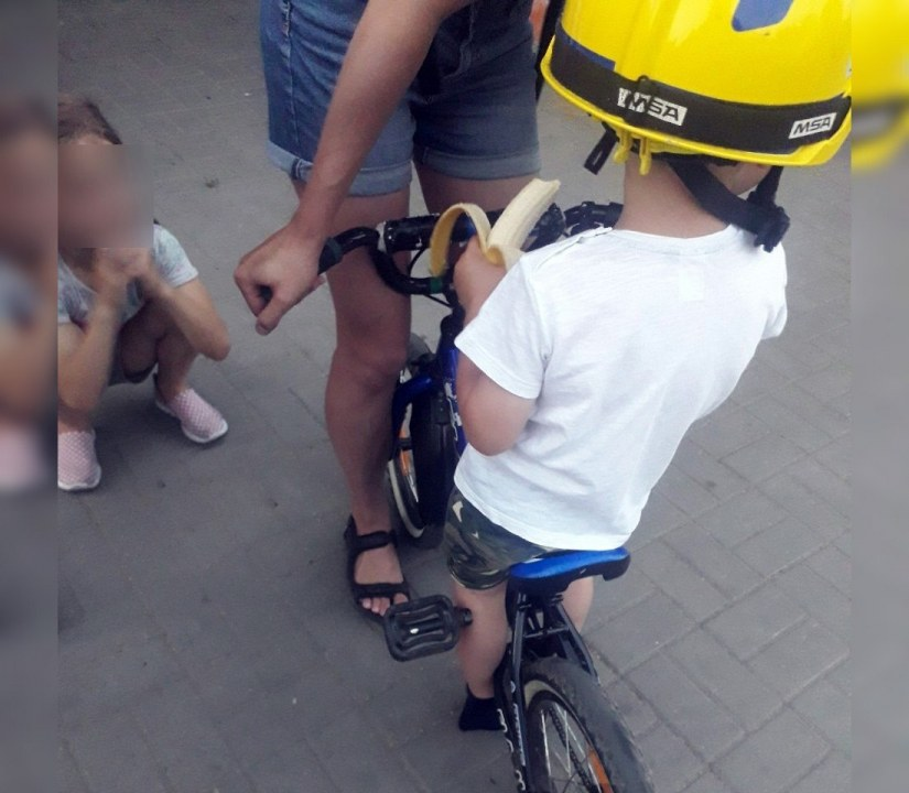 Застряла нога в велосипеде: в Днепре спасатели помогли малышу