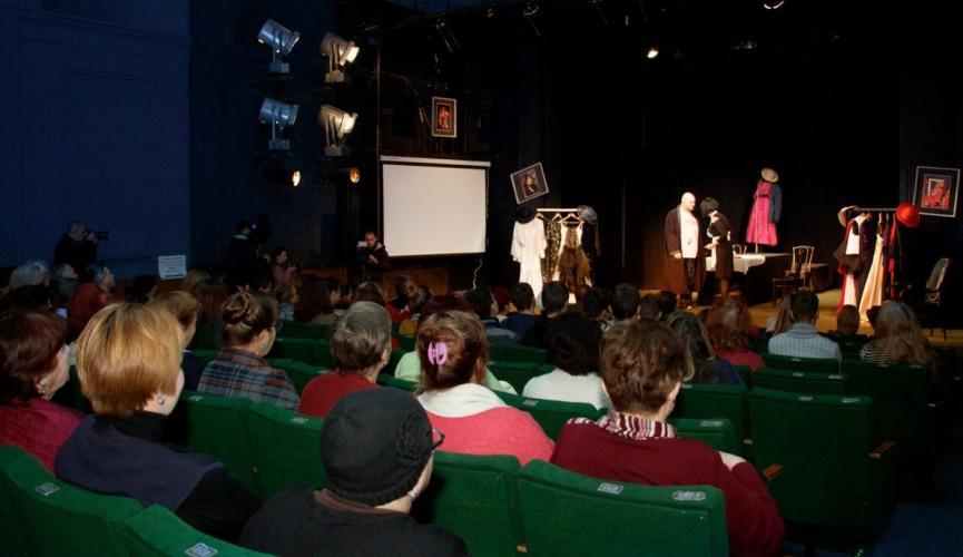 В Молодежном театре Днепра показали первый спектакль в условиях карантина (ВИДЕО)