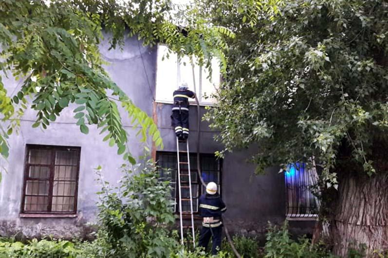 Сгорела крыша дома: спасатели тушили масштабный пожар в Каменском (ФОТО, ВИДЕО)