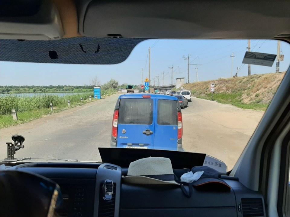На многострадальном Никопольском понтонном мосту возобновилось движение (ФОТО, ВИДЕО)