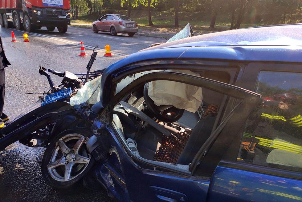 Машины всмятку: в Днепре на Космической столкнулись BMW и Mazda (ВИДЕО)