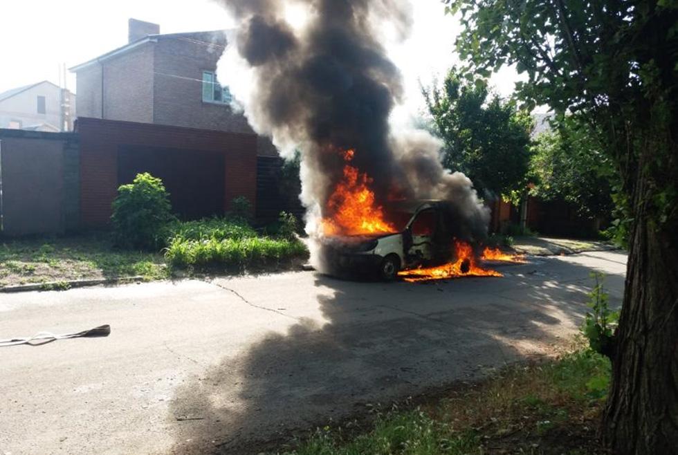 В Никополе человек сгорел заживо в машине (ФОТО)
