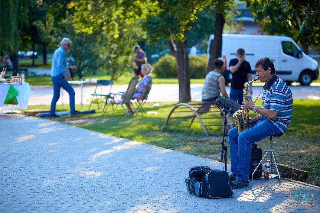 Уличный музыкант поднимает настроение днепрянам.