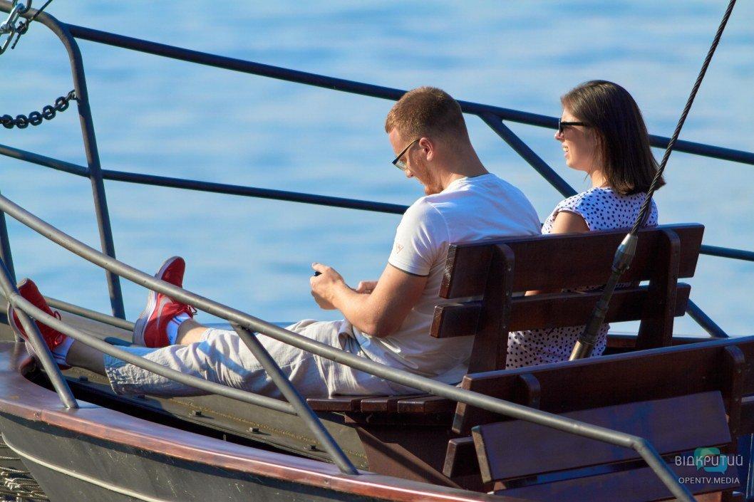 Отличный вариант для свидания - прогулка на лодке.