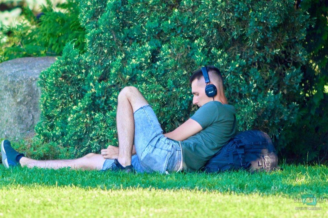 Музыка, Набережная и солнечные лучи. Этот парень знает толк в отдыхе.