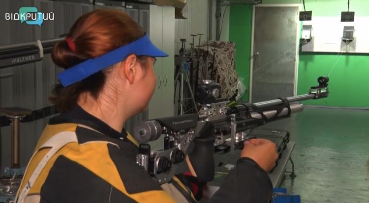 Послабление карантина: днепровские спортсмены опять взяли в руки винтовки и пистолеты (ВИДЕО)