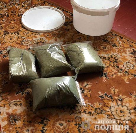 Семейный бизнес: в Никополе отец и сын выращивали марихуану в теплице (ФОТО, ВИДЕО)