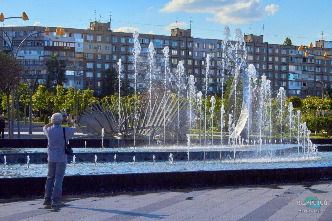 """Жизнь налаживается: в сквере """"Прибрежный"""" на Победе заработал панорамный фонтан (ФОТО)"""