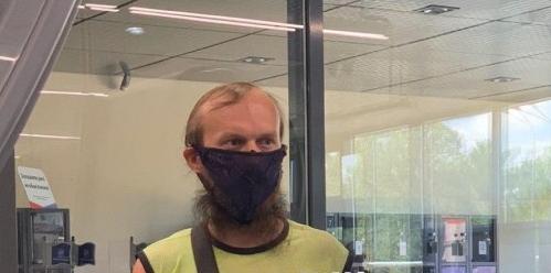 В Днепре мужчина надел вместо маски женские трусы (ФОТО, ВИДЕО)