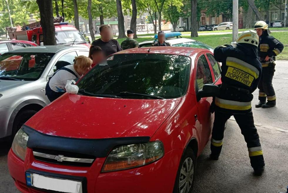 В Днепре спасатели доставали ребенка из запертого автомобиля