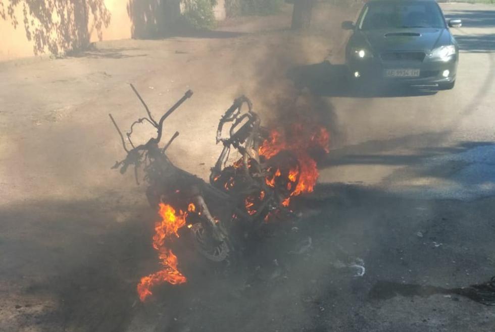 Призрачный гонщик: в Никополе на ходу загорелся мотоцикл (ФОТО)