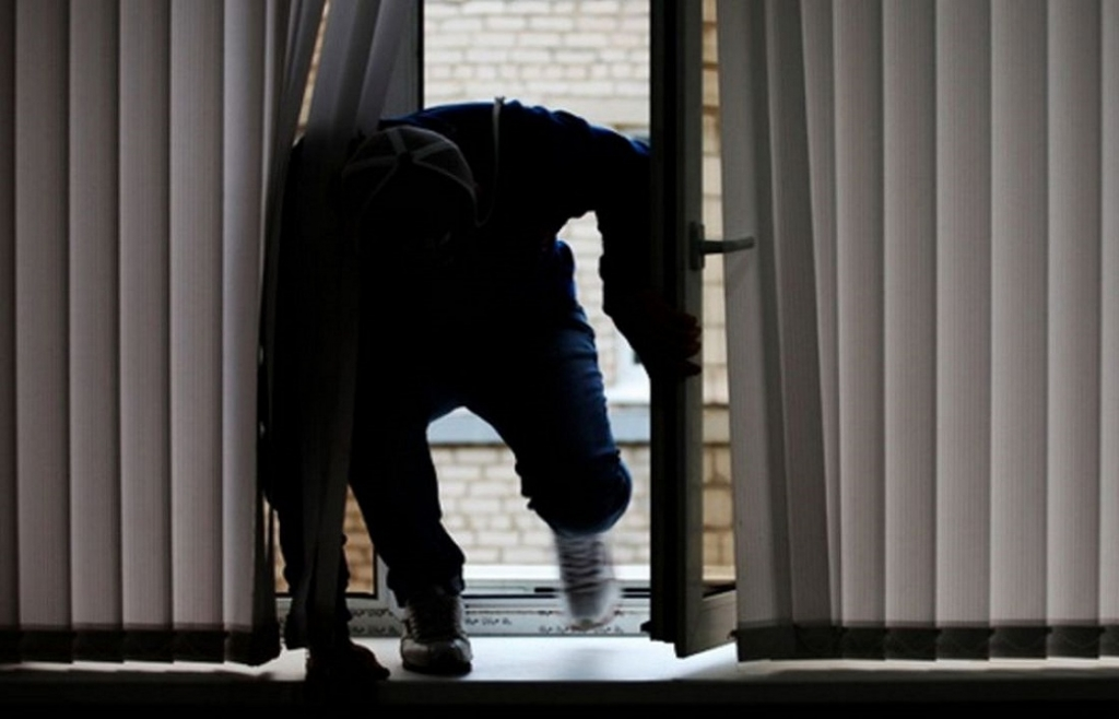 В Днепре мужчина проник в чужую квартиру через окно и начал принимать душ