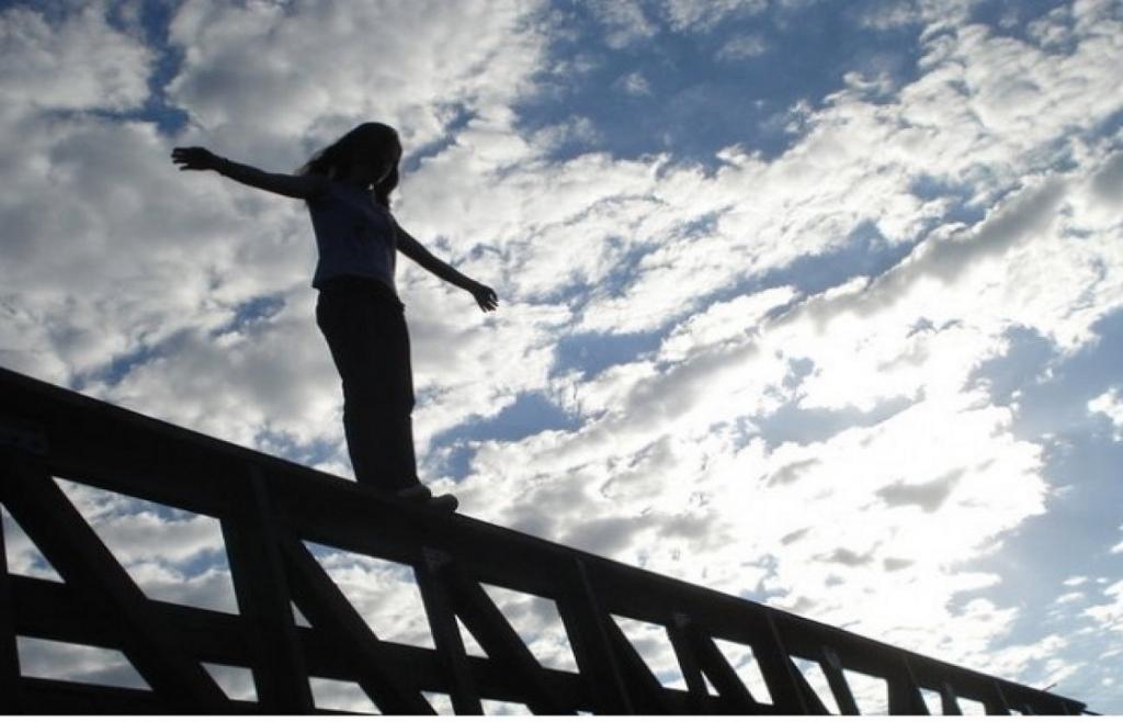 В Днепре девочка-подросток хотела прыгнуть с Нового моста (ВИДЕО)