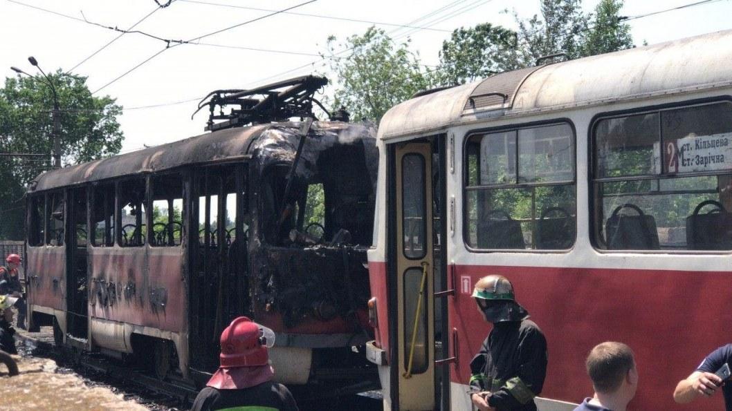В Кривом Роге на ходу загорелся трамвай: что известно (ФОТО, ВИДЕО)