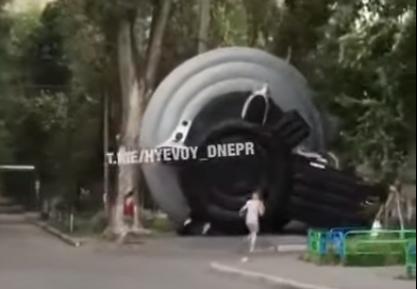 На Слобожанском ветром унесло детский батут (ВИДЕО)