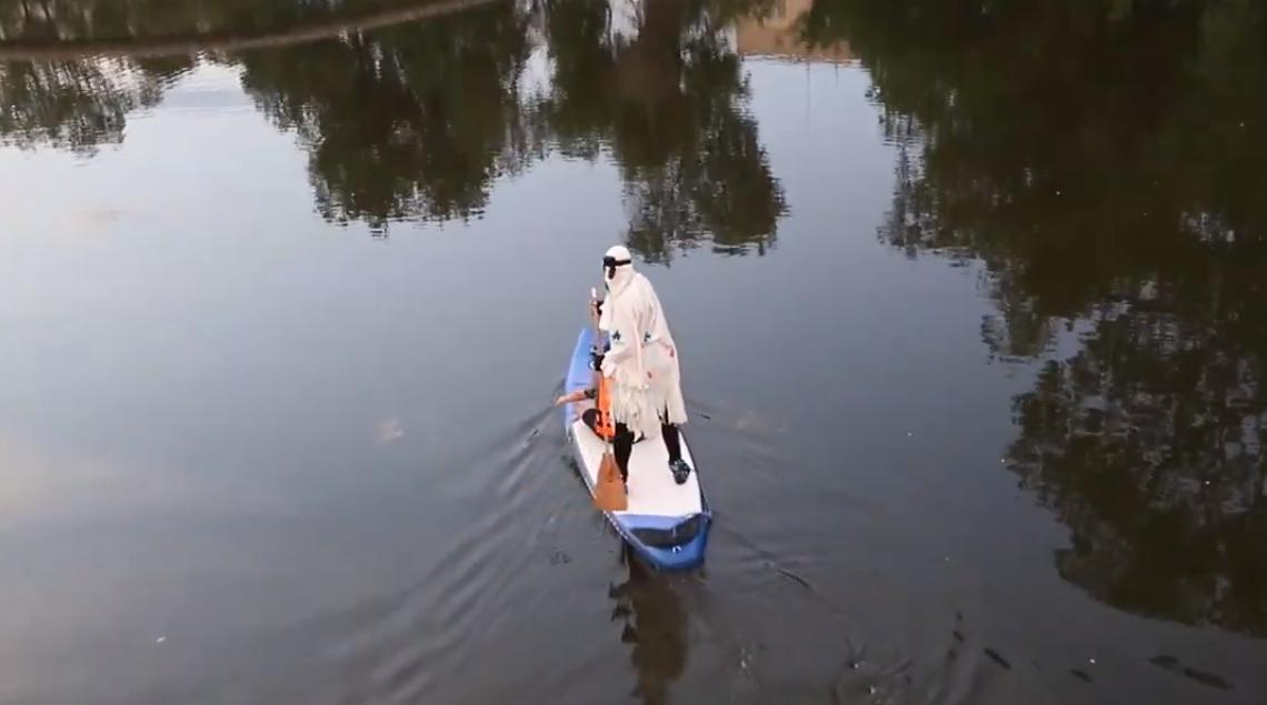 """В Кривом Роге """"привидение"""" бесплатно катало детей на лодке (ВИДЕО)"""