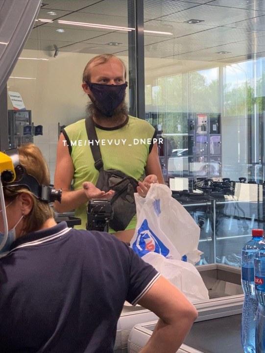 Не оказалось маски под рукой: в Днепре мужчина пришел в супермаркет с трусами на лице (ФОТО, ВИДЕО)