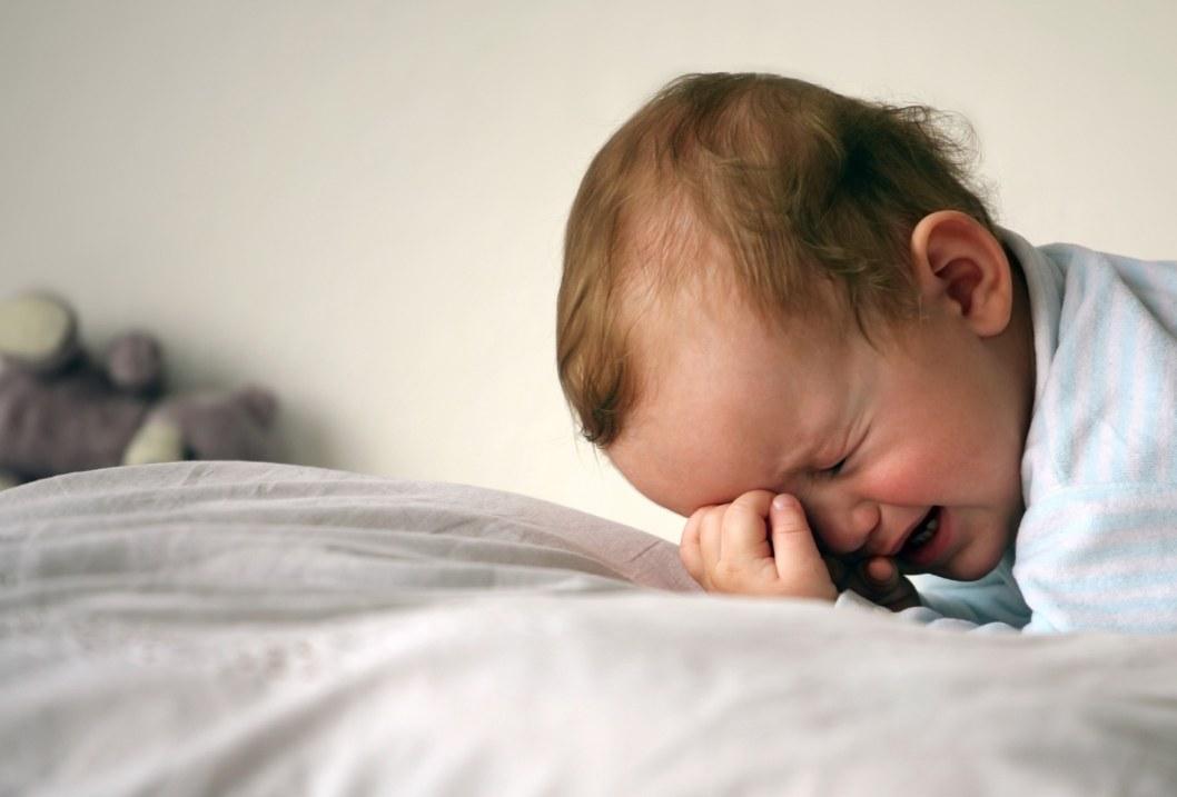 Хотела успокоить: в Каменском няня трясла малыша вниз головой (ВИДЕО)