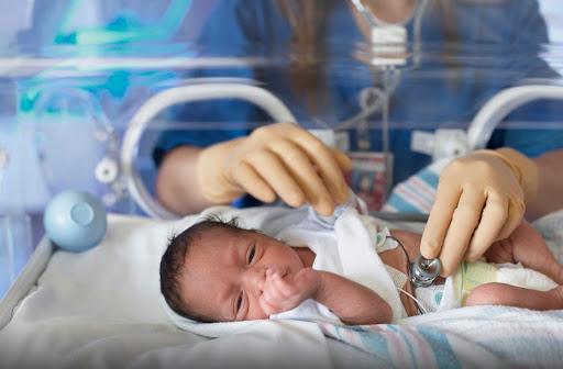 Меньше килограмма: как в областном перинатальном центре Днепра выхаживают недоношенных малышей (ВИДЕО)