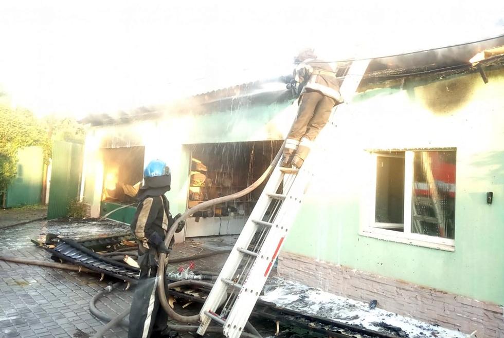 Сгорел мотоцикл и два авто: в Кривом Роге произошёл пожар в гараже (ФОТО)