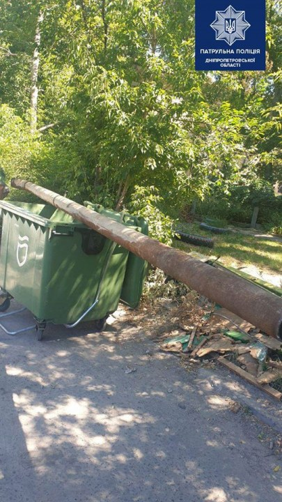 В Днепре двое мужчин украли 6-метровую трубу и катили ее на мусорном баке