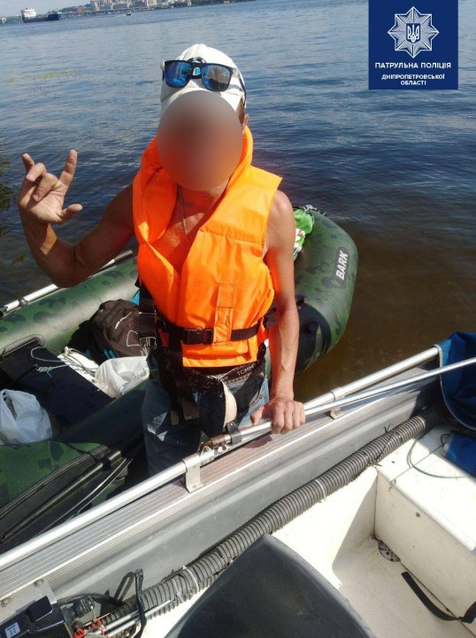 В Днепре спасатели перевезли отдыхающих с острова на берег
