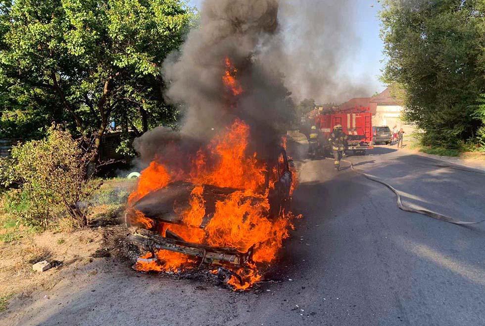 Пылал как спичка: в Днепре сгорел легковой автомобиль (ФОТО)